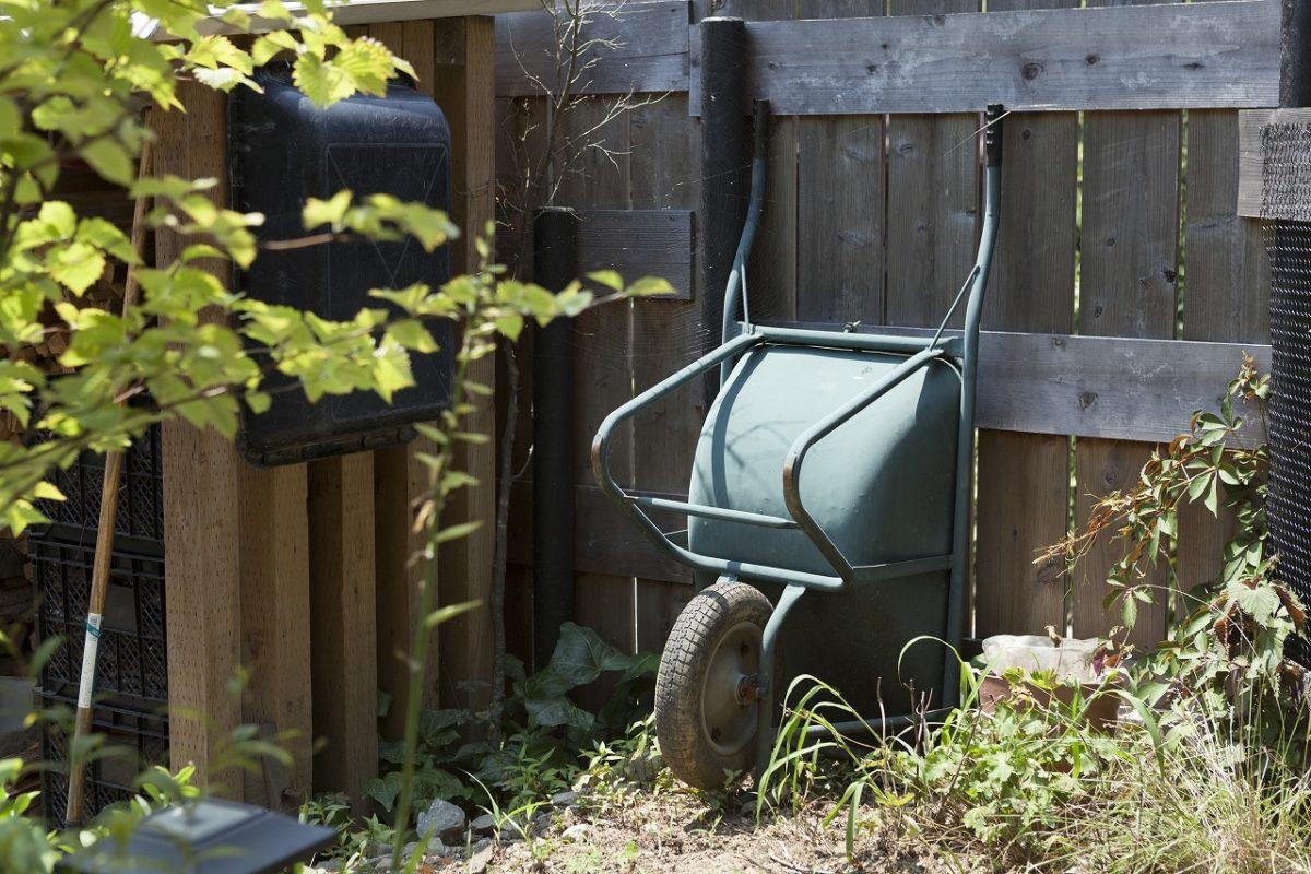 薪置き場の一輪車