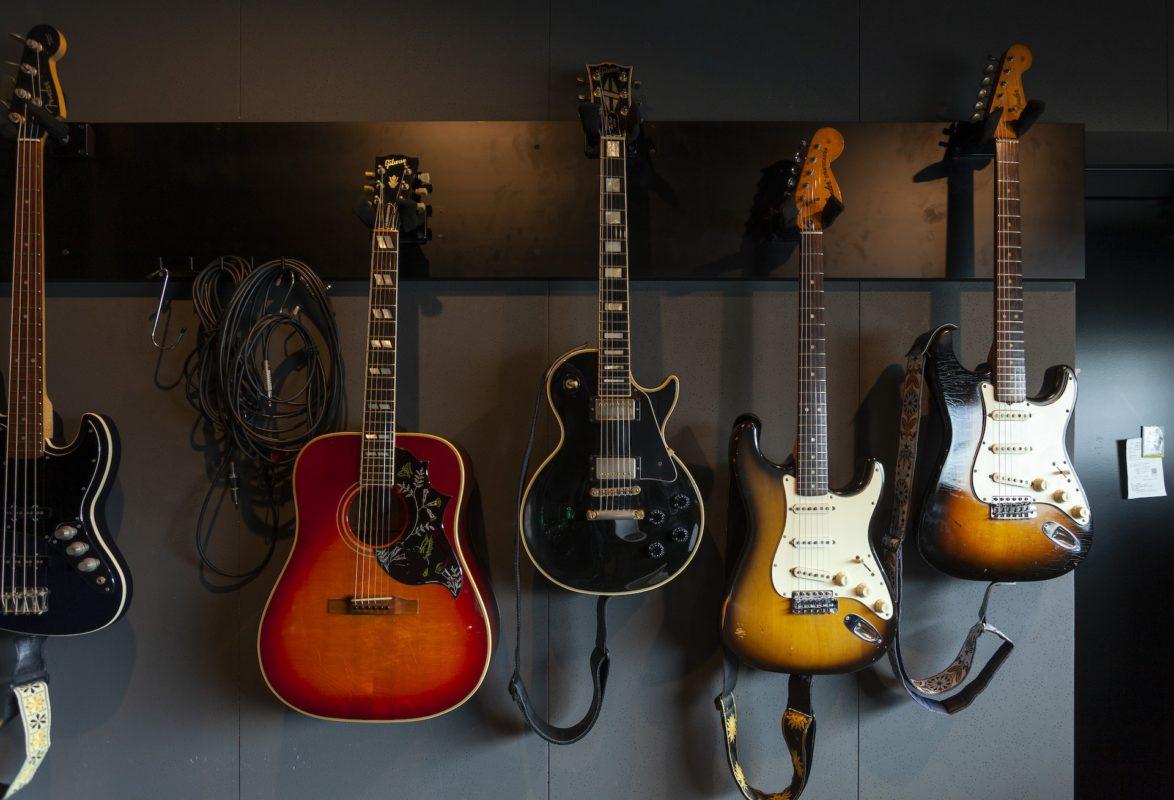 沢山のギターが並んでいる